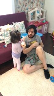 Babasiyla birlikte bebekleriyle oynarken